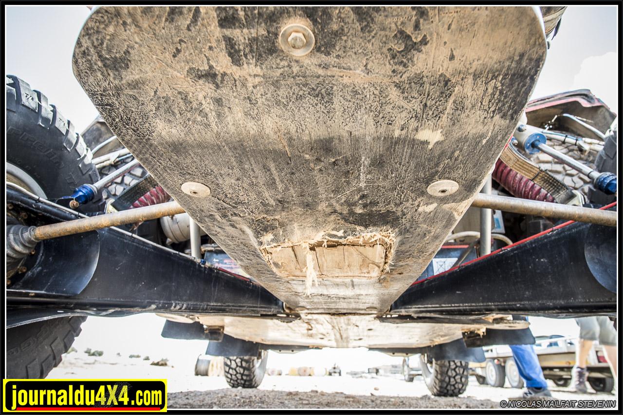 Un fond plat en carbone kevlar protège entièrement le dessous de la voiture