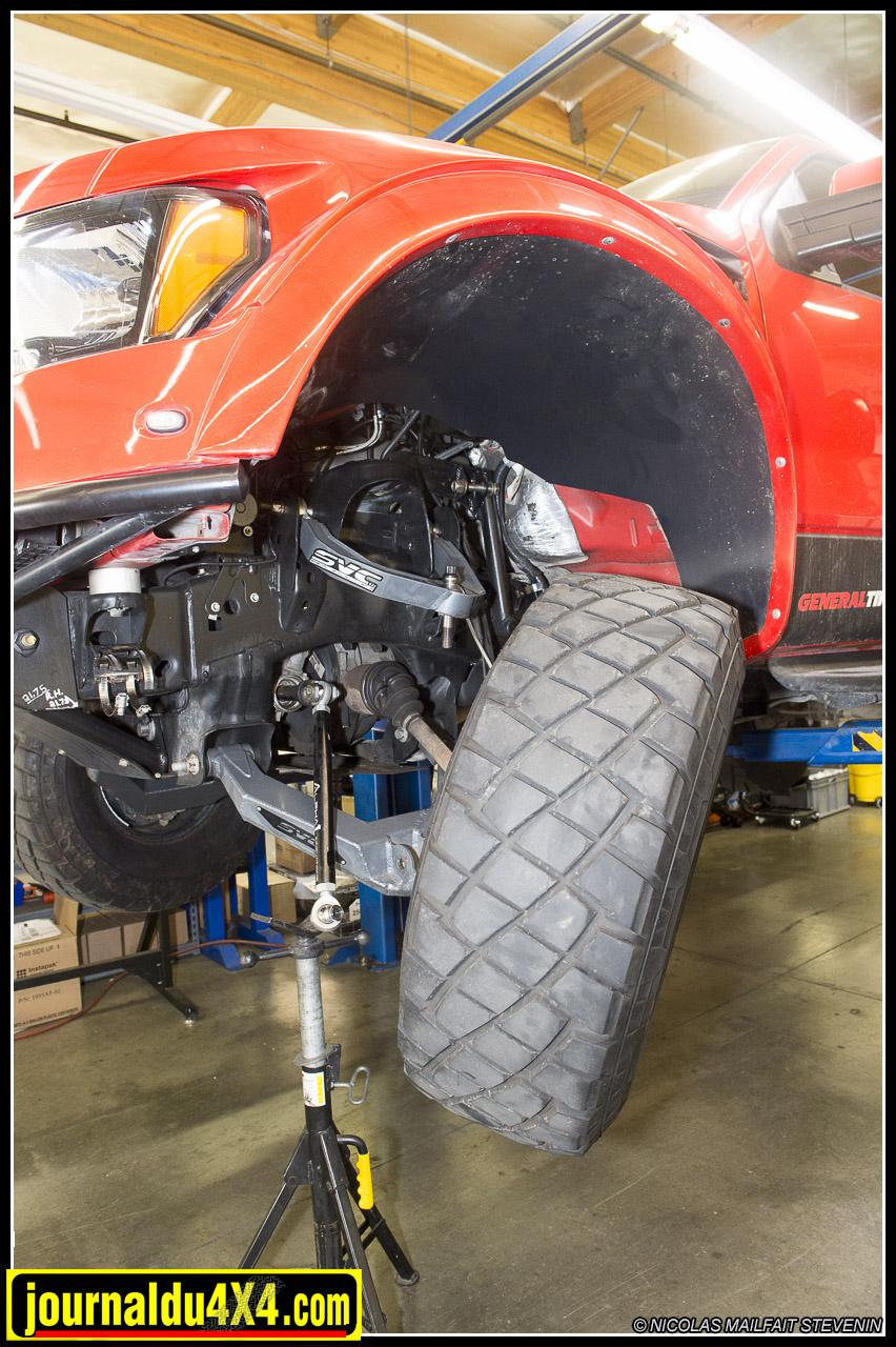 Ici sur un Ford Raptor, l'équipe de technicien vérifie et optimise les kits OEM