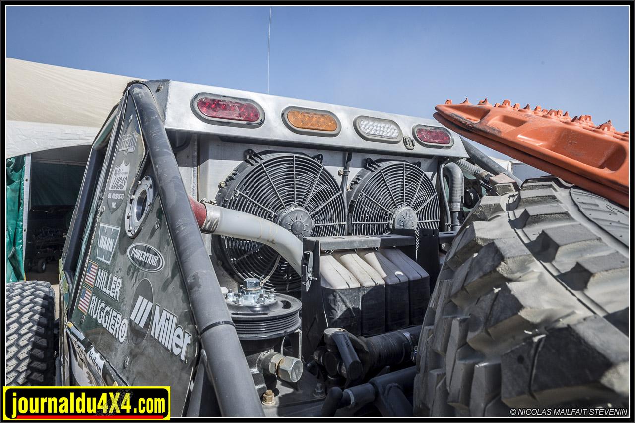 un gros radiateur et deux gros ventilos  Ron davis racing, il faut bien ça pour la chaleur du désert