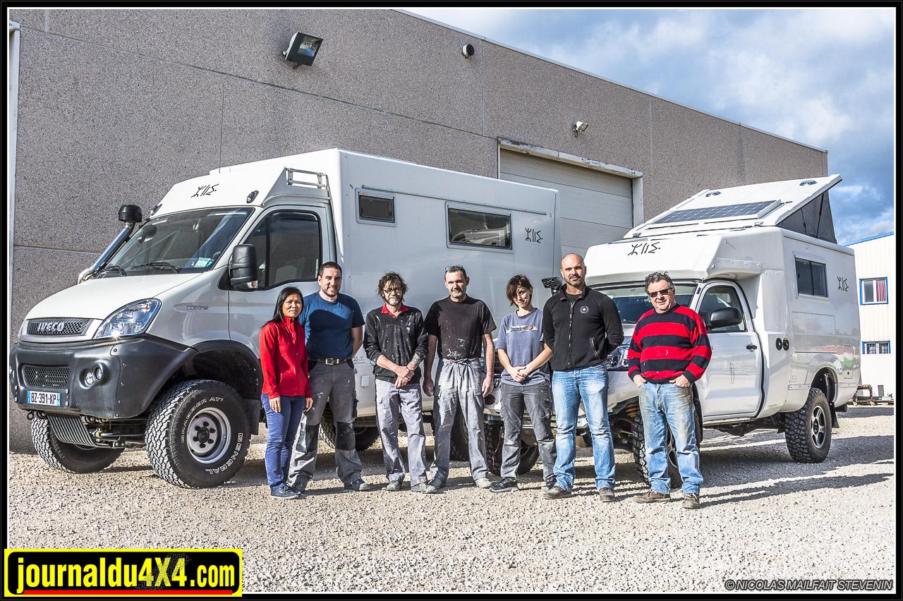 Toute l'équipe de PSI Azalaï devant deux de leurs réalisations, un Iveco Daily 4x4 et notre Hilux