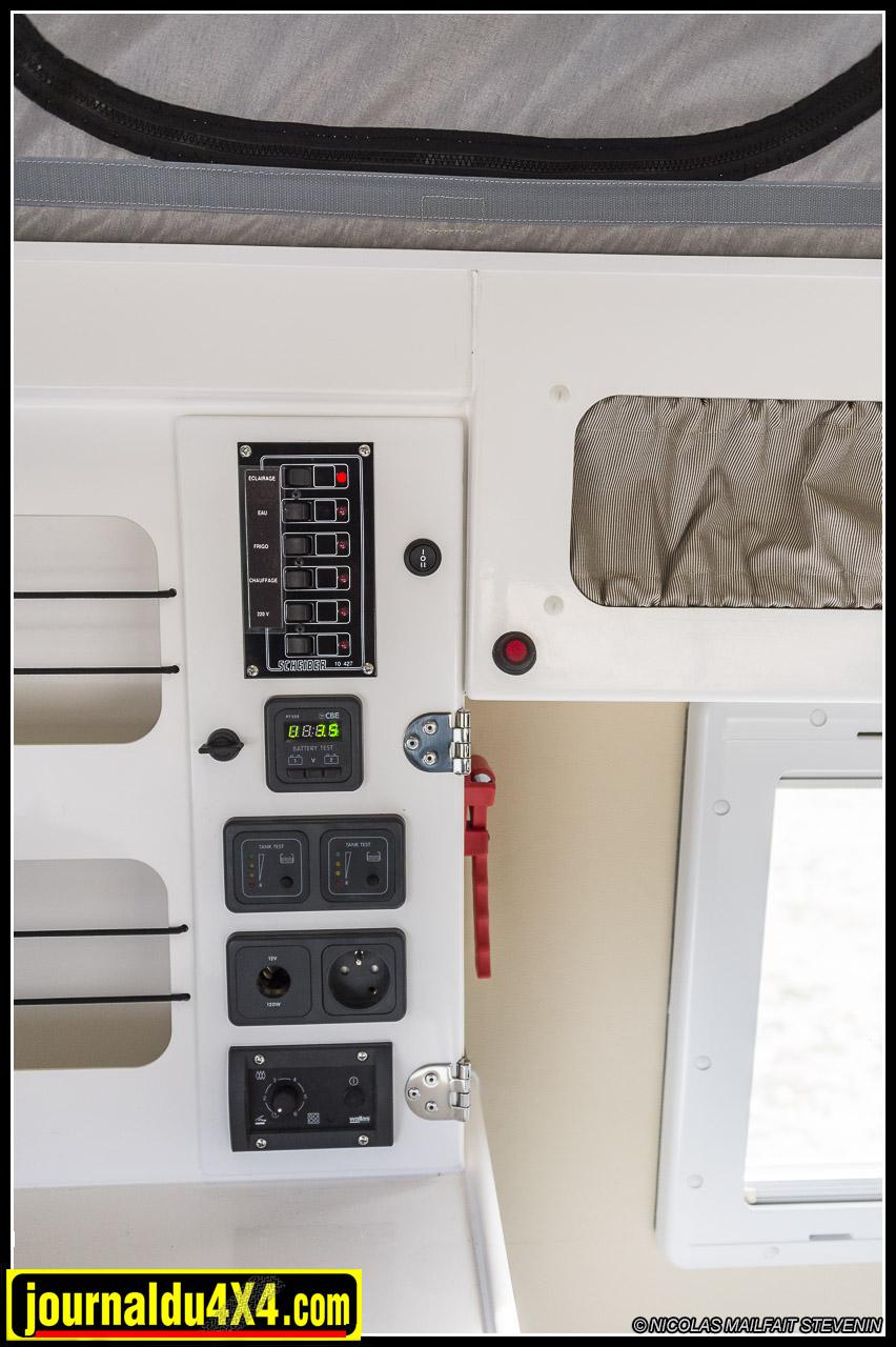 la console de commande électrique avec jauge des batteries, coupleur séparateur, interrupteurs, etc