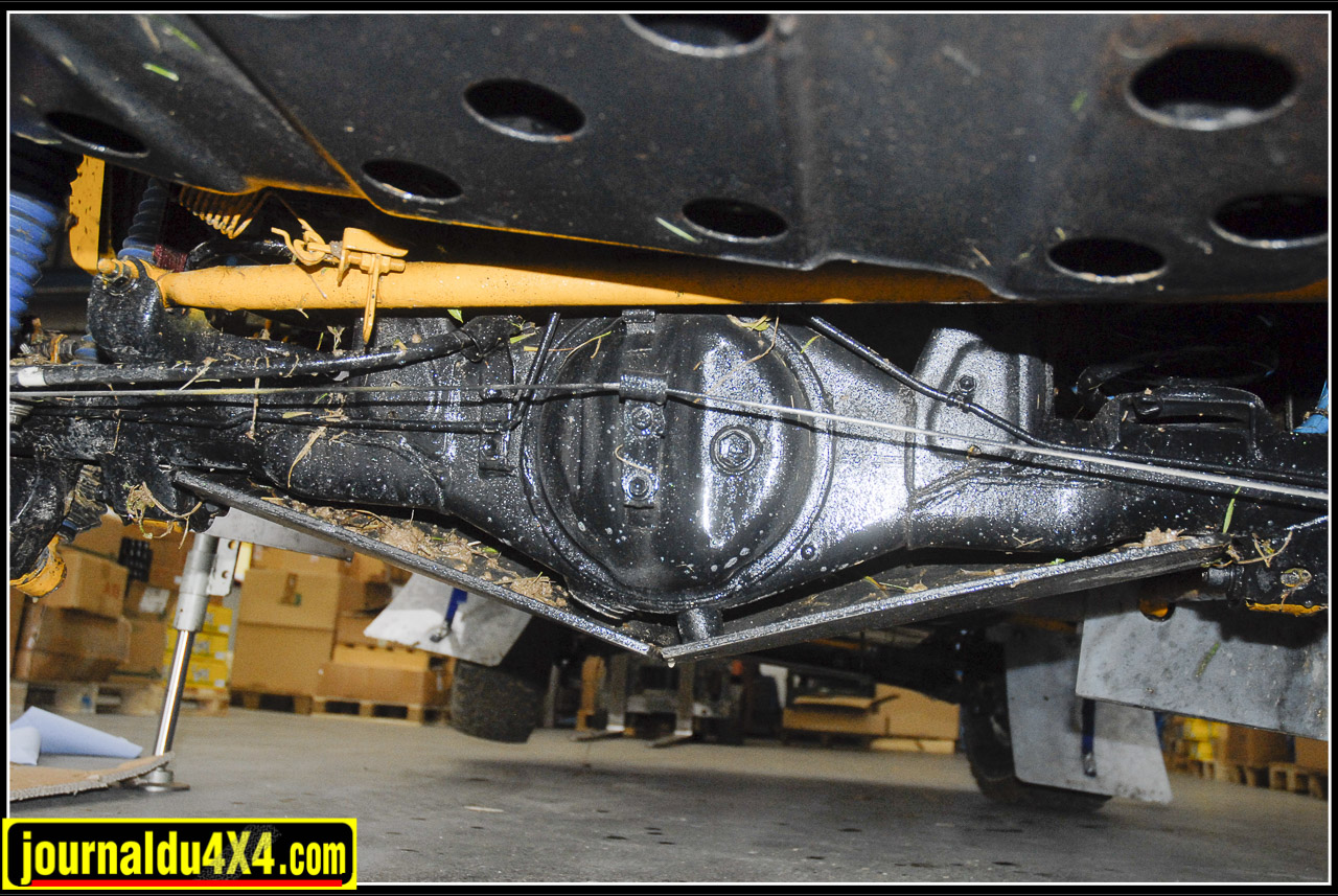 Sur le châssis et les ancrages renforcé, tous les tirants sont montés avec du silent blocs d'origine Toy. Le pont arrière renforcé reçoit quant à lui une sérieuse protection.