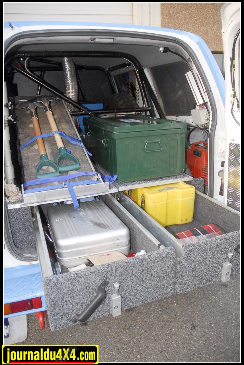Derrière la cloison composite le Toy s'équipe pour le Dakar. Trois roues de secours (Deux à l'intérieur, une sur la porte arrière), un réservoir FIA de 170 L en plus du réservoir d'origine (80 L), deux tiroirs Outback import, plaques sable, pelles, cric, compresseur d'air et un miroir pour se faire une beauté le matin