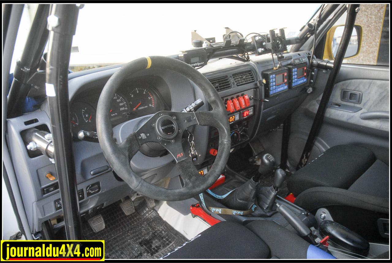 Le tableau de bord d'un KDJ 95 pour Dakar c'est ça. Rien ne change vraiment du côté pilote, en revanche côté copilote, c'est plutôt chargé.