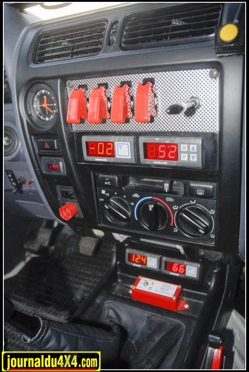 Sur la console centrale 4 interrupteurs, le klaxon et 4 affichages digital de la pression du turbo, de la température à l'échappement et de l'huile et de la tension de la batterie. Un petit boîtier se charge de la régulation de charge des batteries.