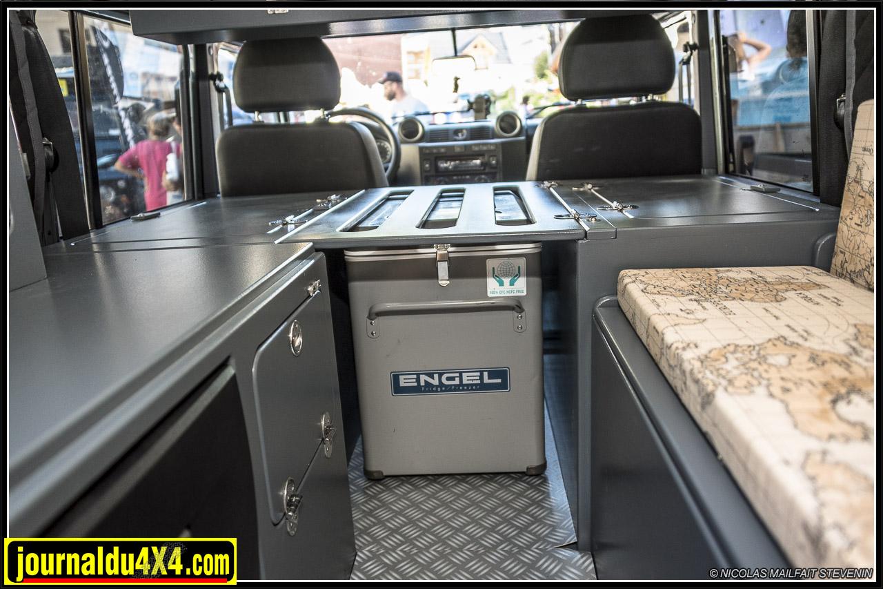 l'aménagement comprend à l'arrière  un coffre à gauche avec tiroir qui est surmonté d'une colonne, un coffre à droite qui fait office de banquette, juste derrière les sièges un coffer à gauche, un coffre à droite et au milieu de quoi mettre son frigo