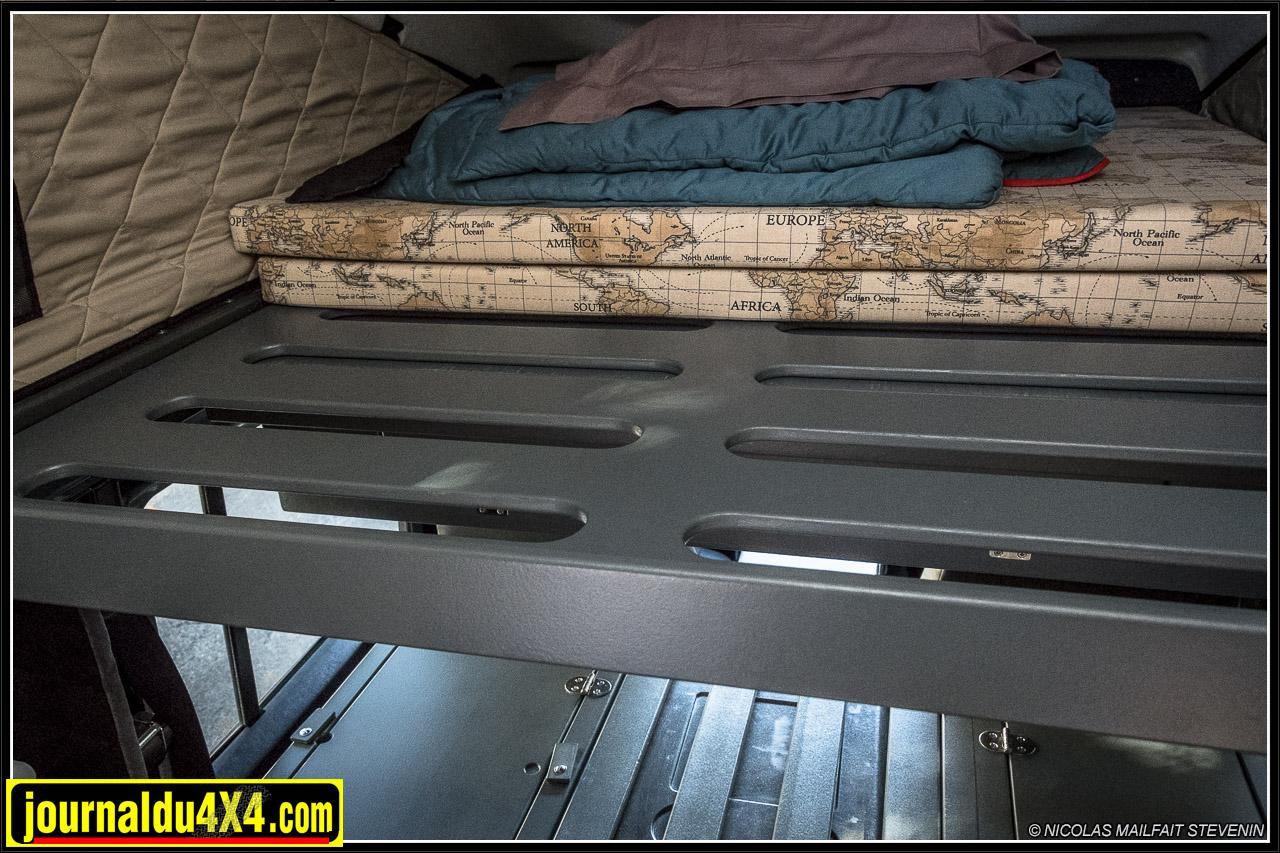 La partie couchage coulisse, ce qui permet de dégager l'espace intérieur et d'avoir de la place pour manger sur les banquettes