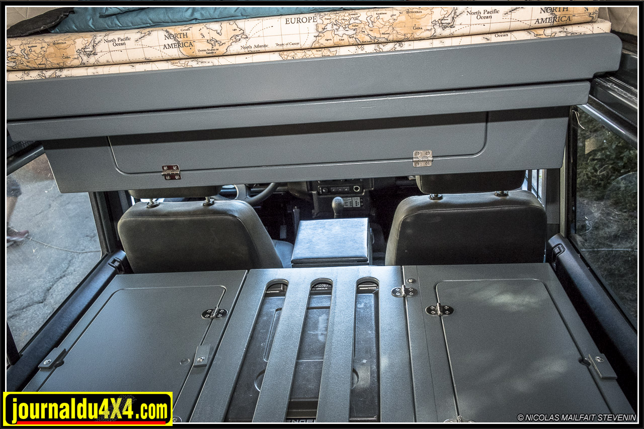 derrière les sièges deux coffres
