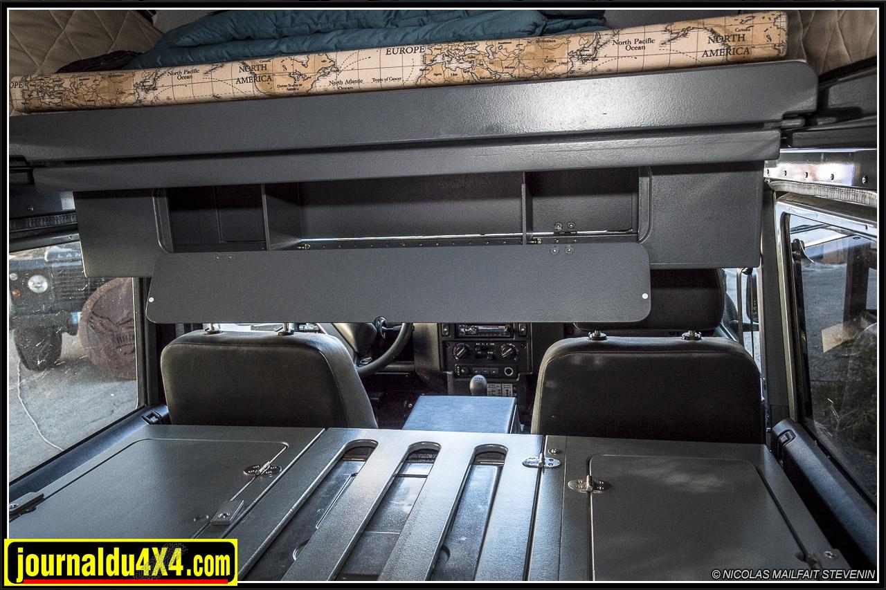au dessus des coffres, sous le sommier, on trouve un grand espace de rangement transversal accessible depuis l'arrière et depuis le poste de pilotage