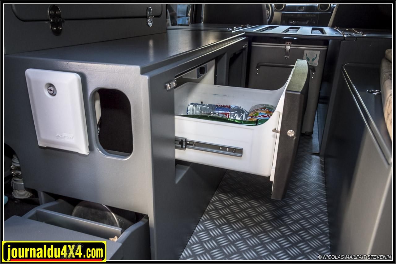 Un frigo tiroir se trouve dans le coffre de gauche, un second rangement est situé juste à côté