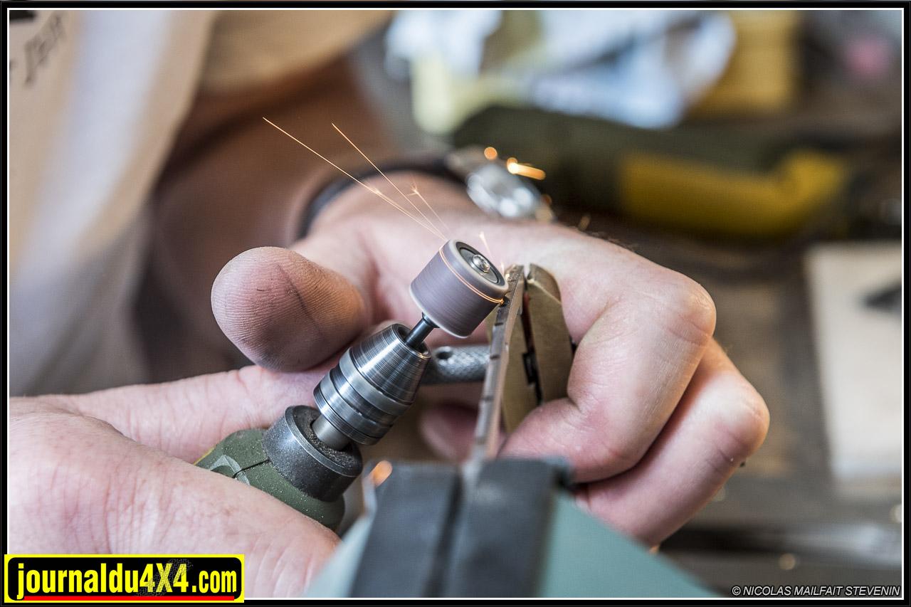 le guillochage consiste à réaliser des motifs sur le dos du ressort ou des lames