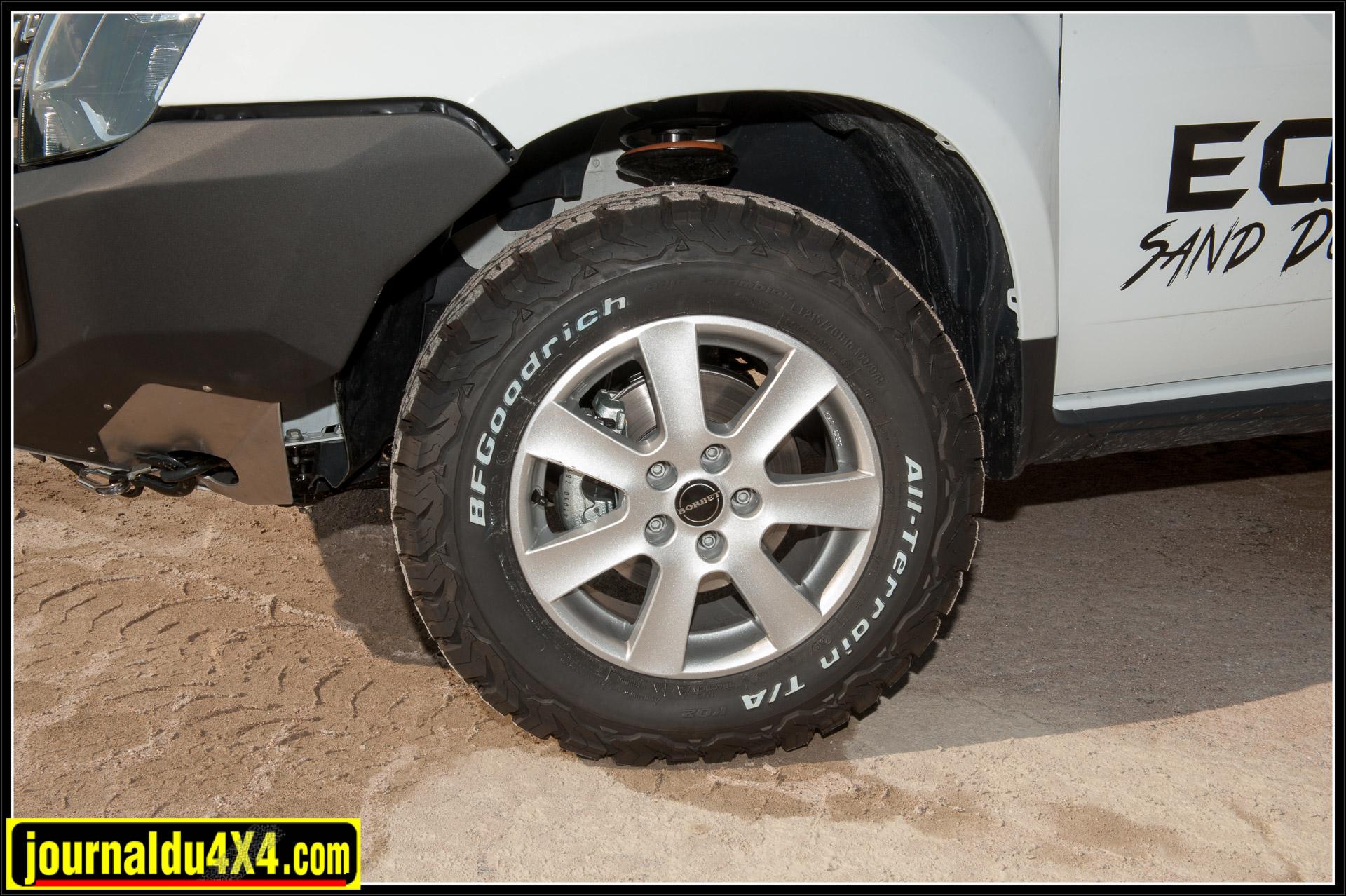 Les pneus All Terrain en 215 x 70 x 16 de chez BF Goodrich sont montés sur des jantes en aluminium Borbet