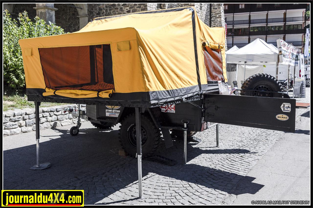 la tente en deux parties : cuisine et coin repas dans la benne et chambre sur la partie