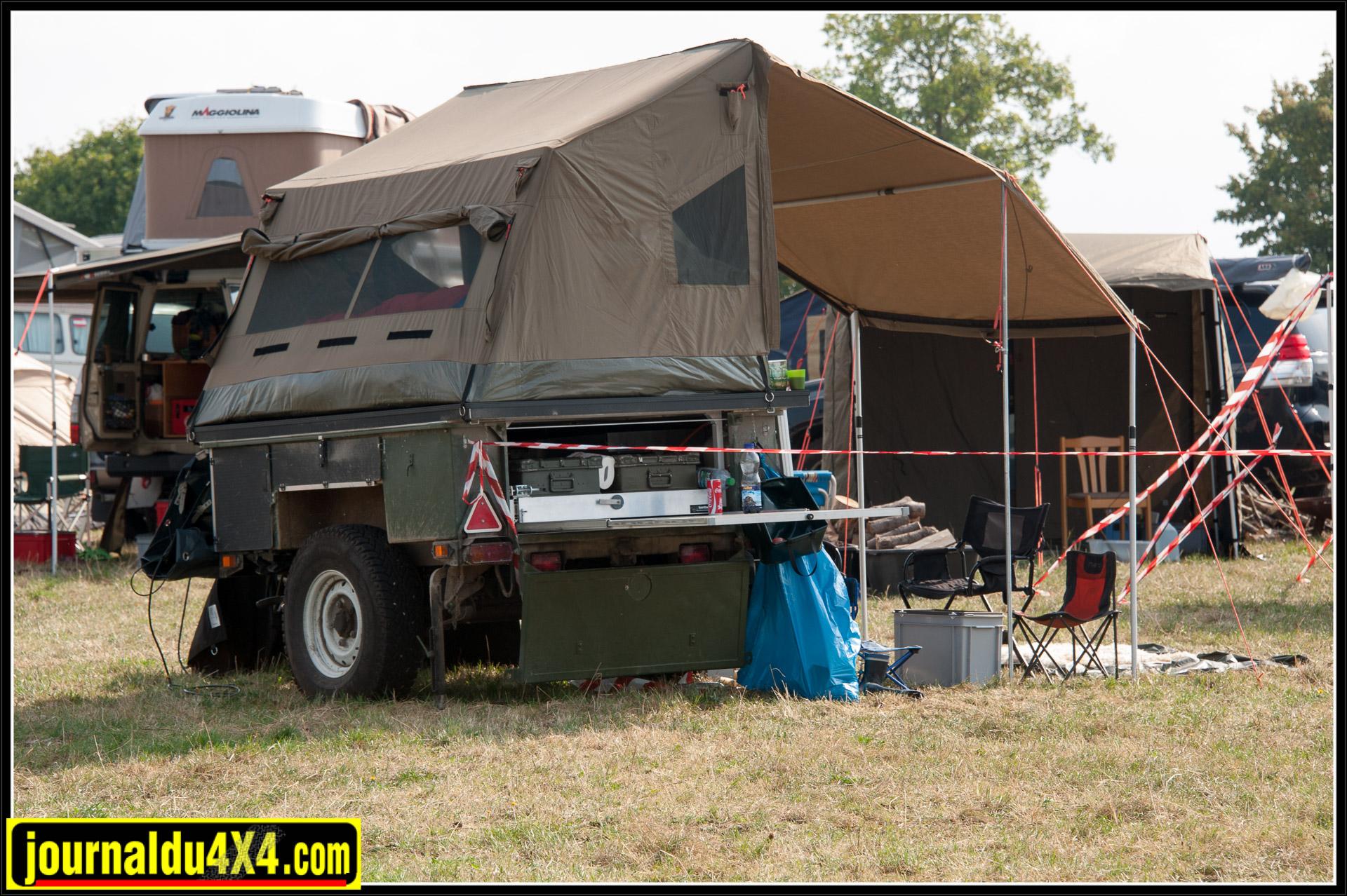 Il est possible d'équiper une remorque à moindre coût: une Sankey, quelques malles et une tente OZ
