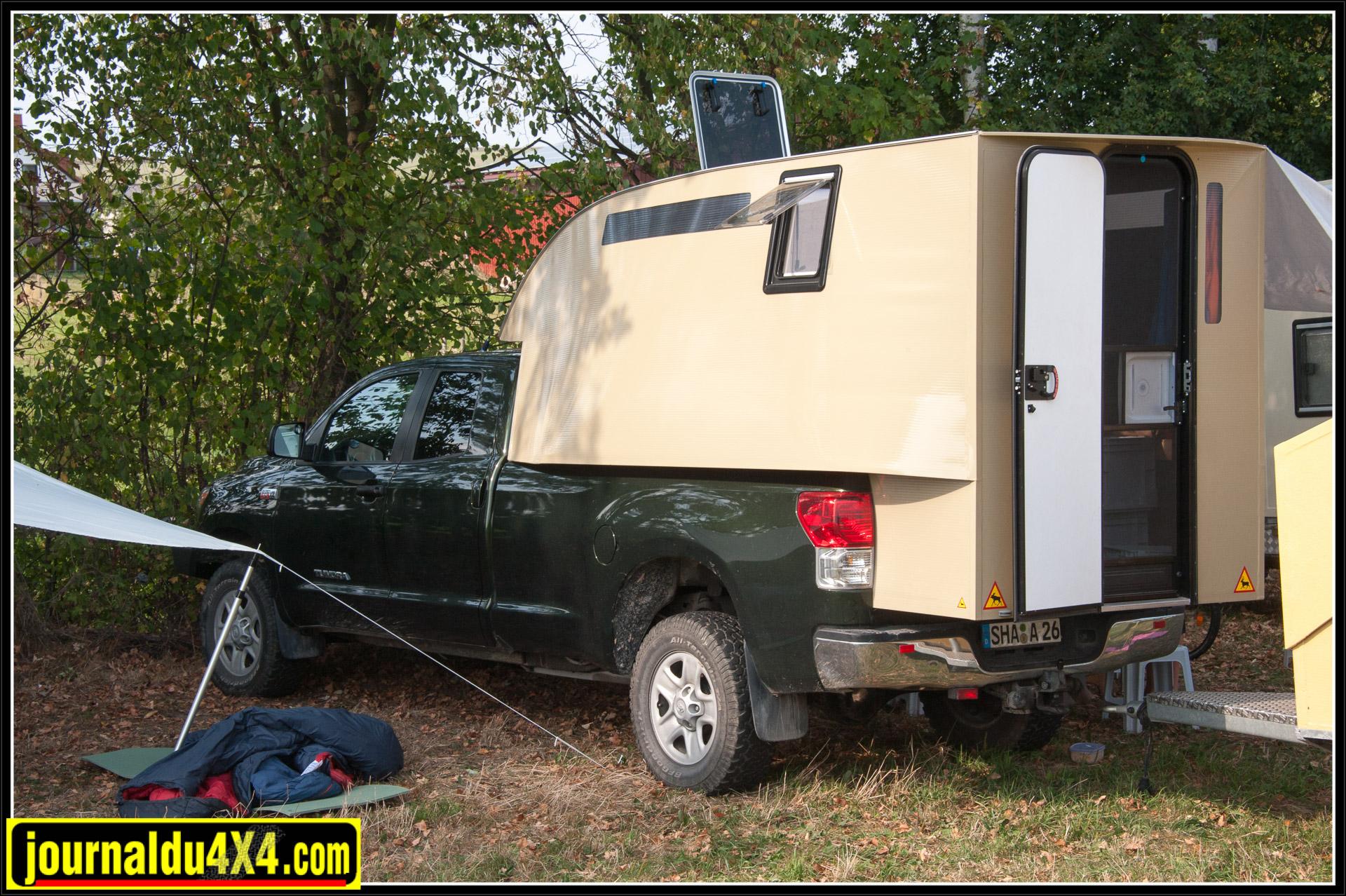 Même bien caché, nous l'avons déniché. Le seul Toyota Tundra du bivouac. Véhicule fabriqué aux Etats-Unis et équipé de moteurs essence V6 ou V8 avec des cylindrées allant de 4 litres à 5,7 litres.