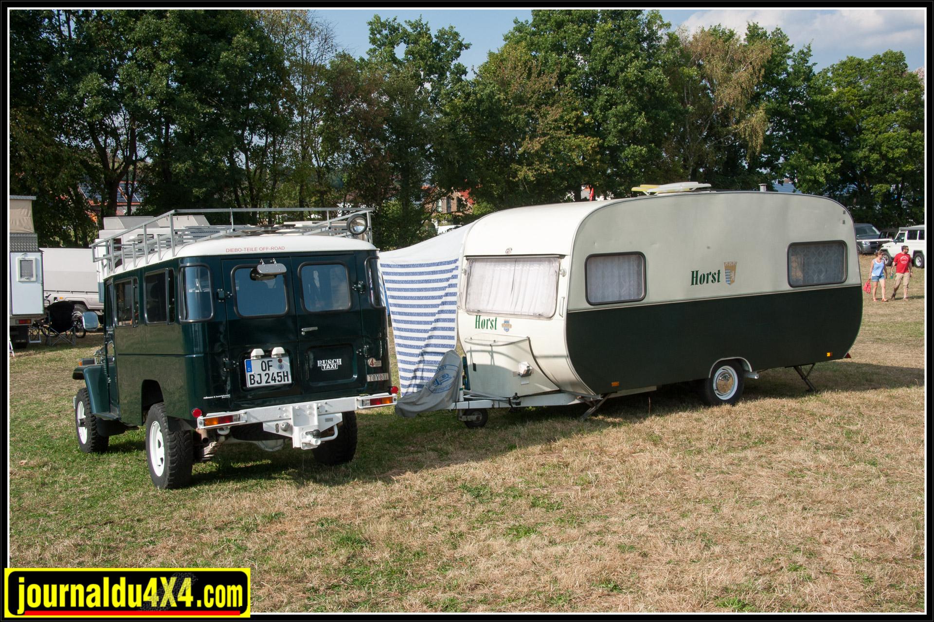 Un BJ 45 avec une caravane d'époque.