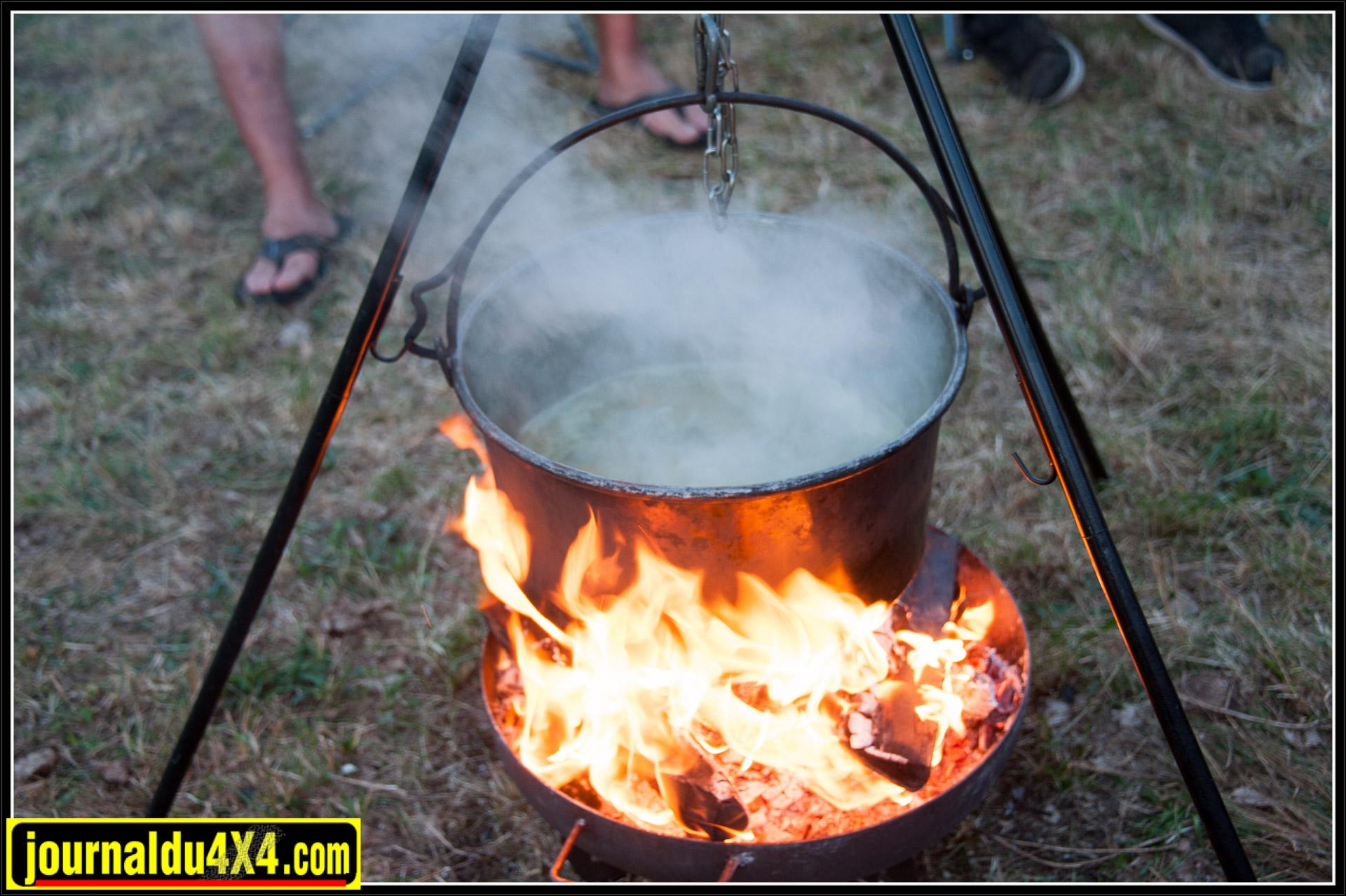 en préparant une soupe 'chalet'.