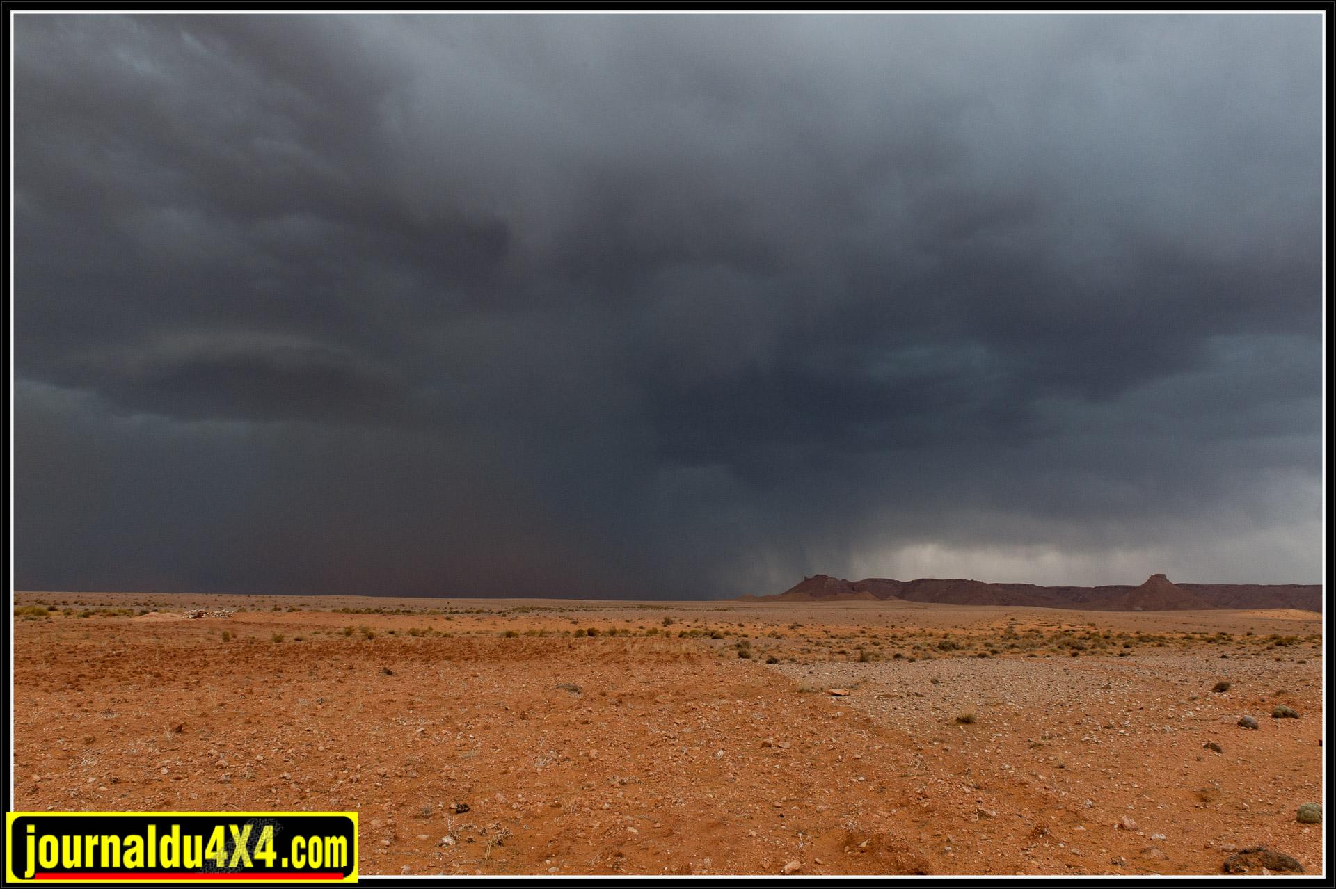 La tempête de sable s'abat sur le bivouac.