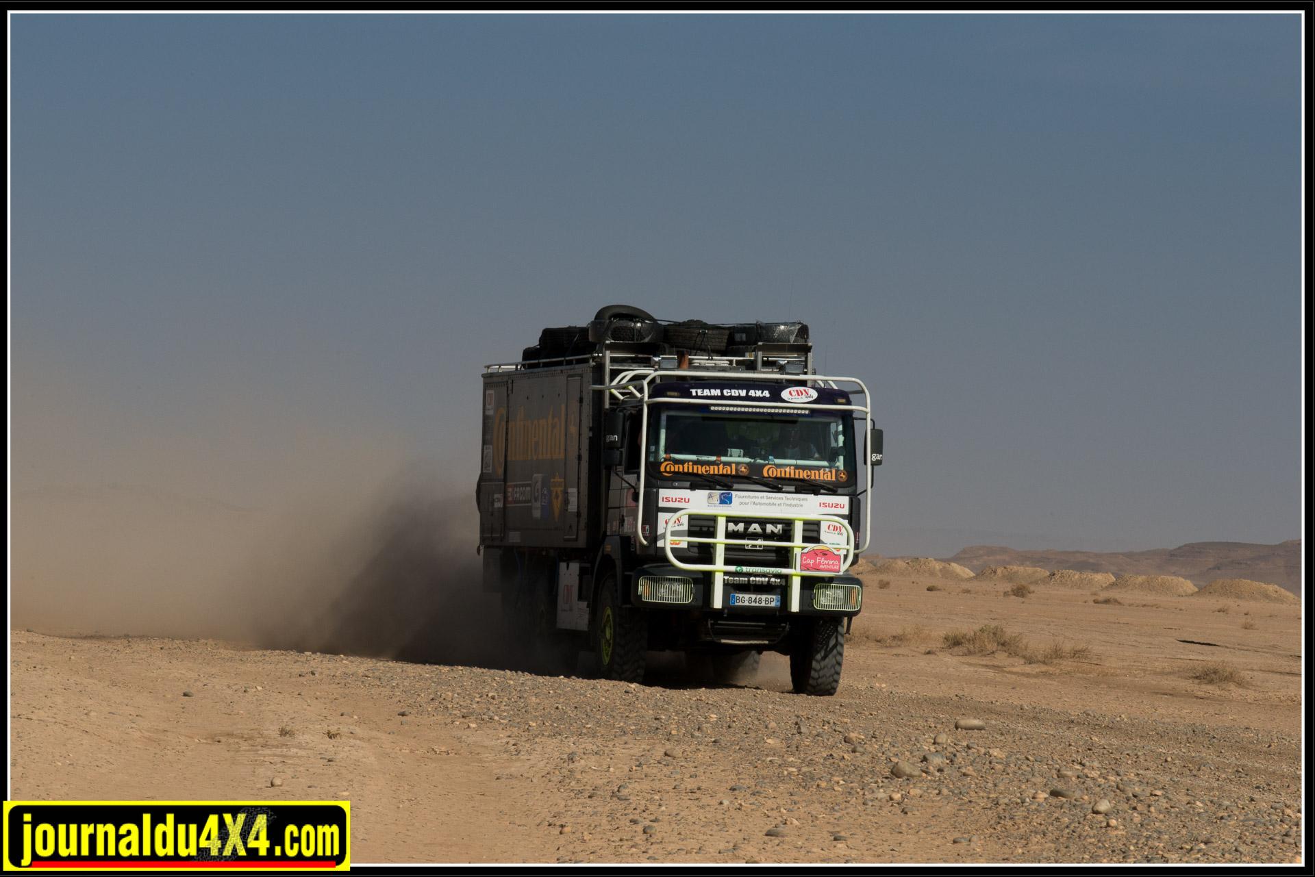 Le camion de l'assistance n'hésite pas à prendre les pistes.