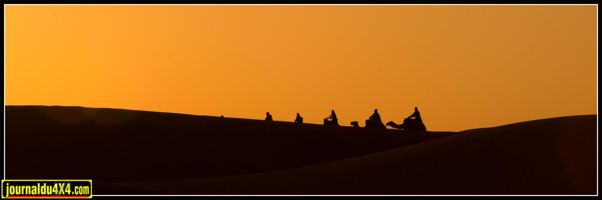Lever de soleil avec une caravane de dromadaires.