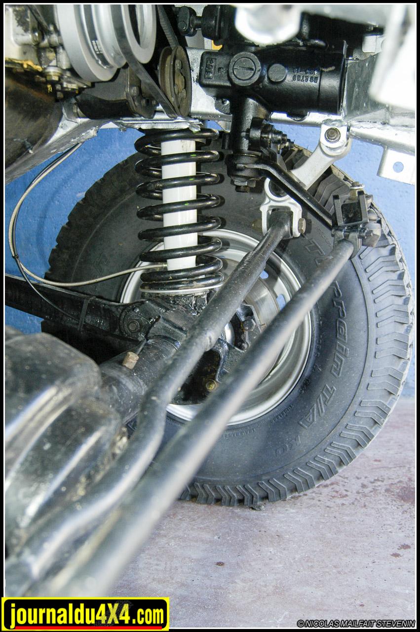 La barre Panhard est rallongée de 45 mm et renforcée