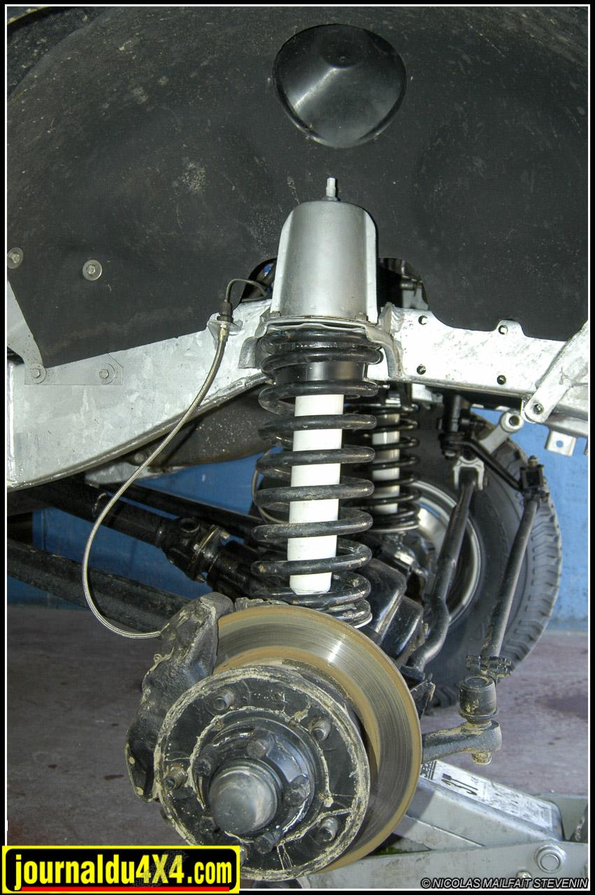 Les chapelles de suspensions avant réduites de 100mm. Ressorts STRS à plus grosse section et amortisseurs Pro comp 9000 ES