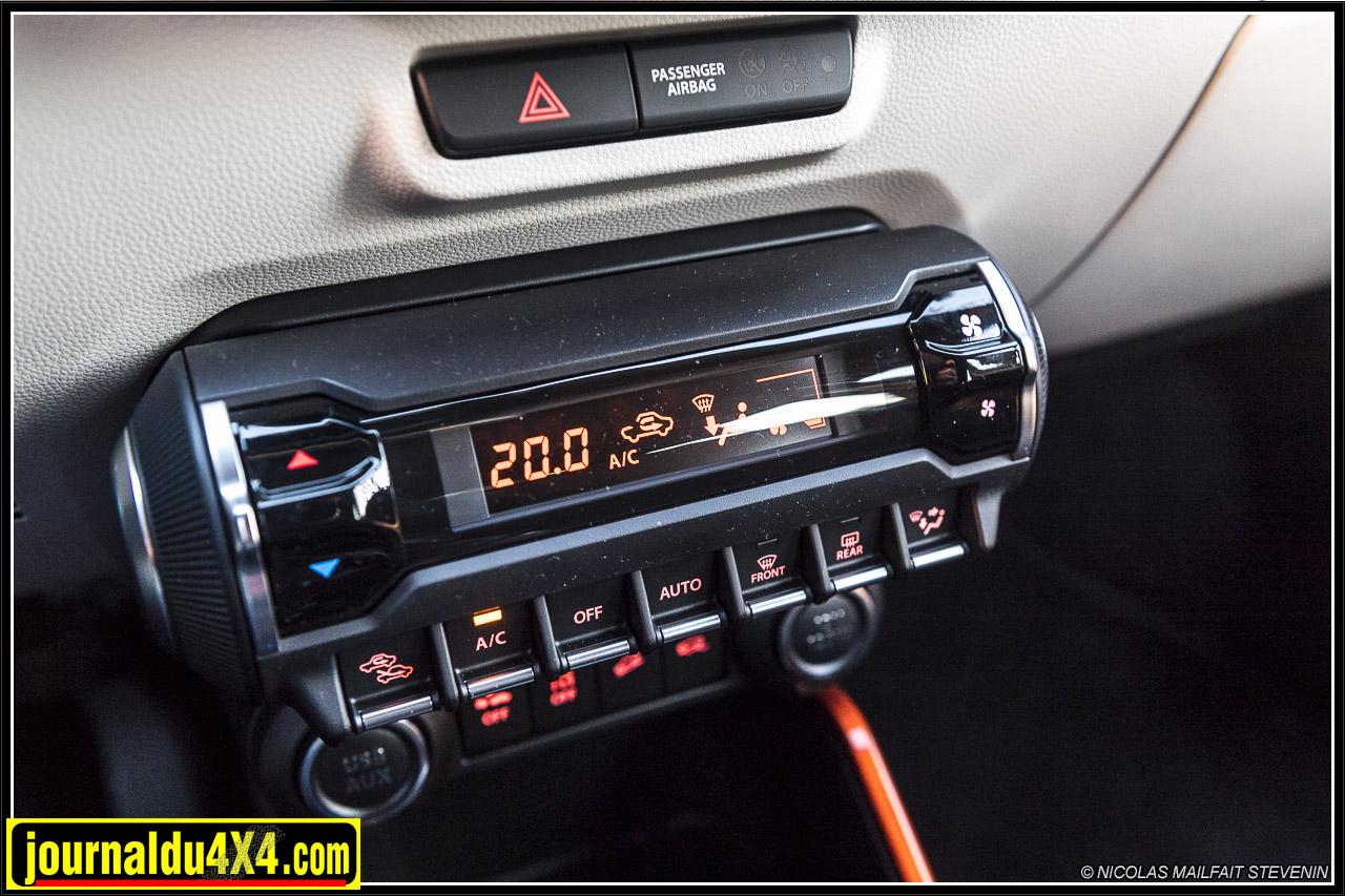 clim auto et enfin des boutons qui ont une allure sympa dans une voiture