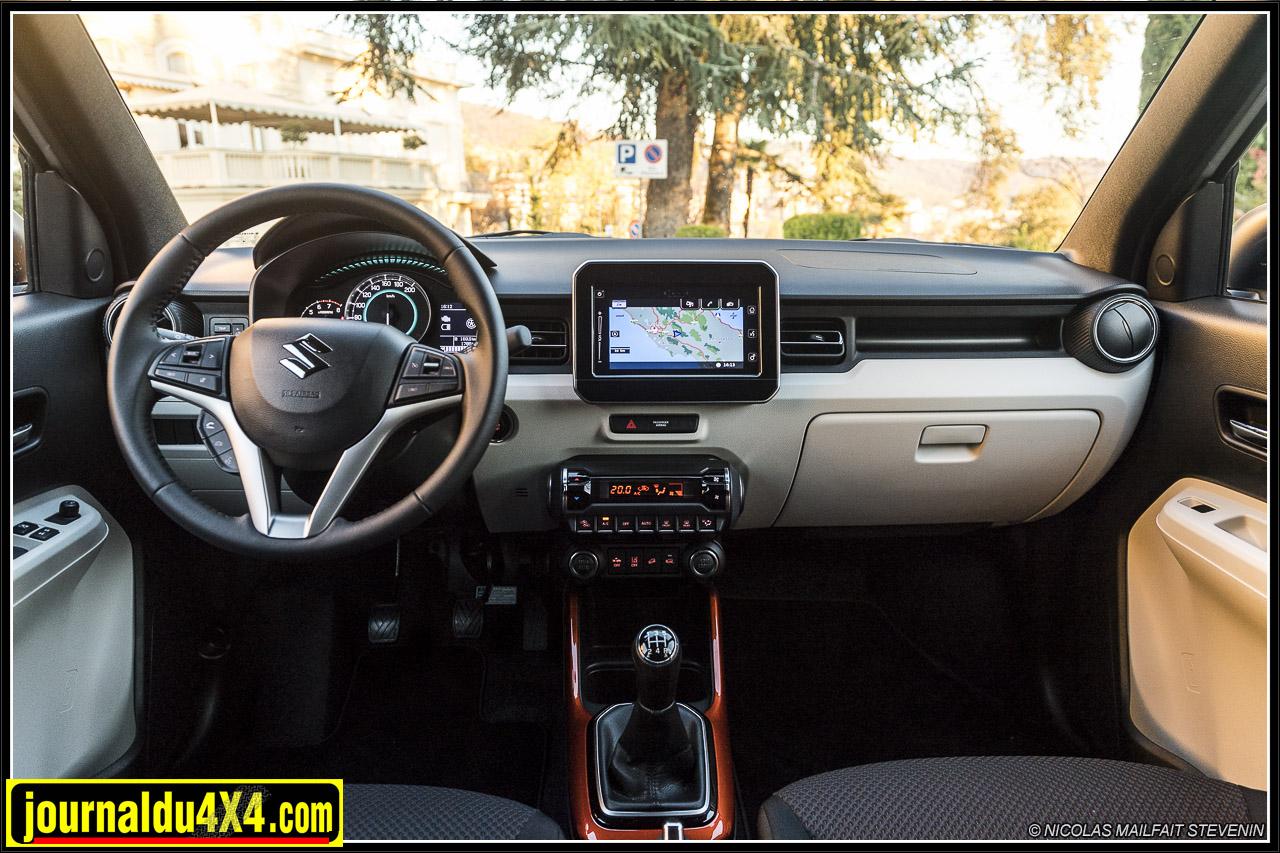 un intérieur clair, une instrumentation ergonomique, des touches de couleur, l'intérieur est plutôt joyeux