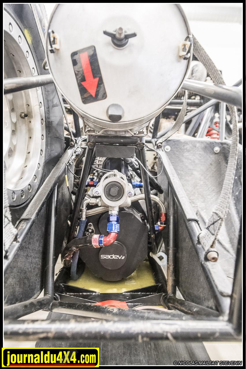 vue arrière de la boîte de vitesse surmontée de l'alternateur et de la grosse boîte à air.