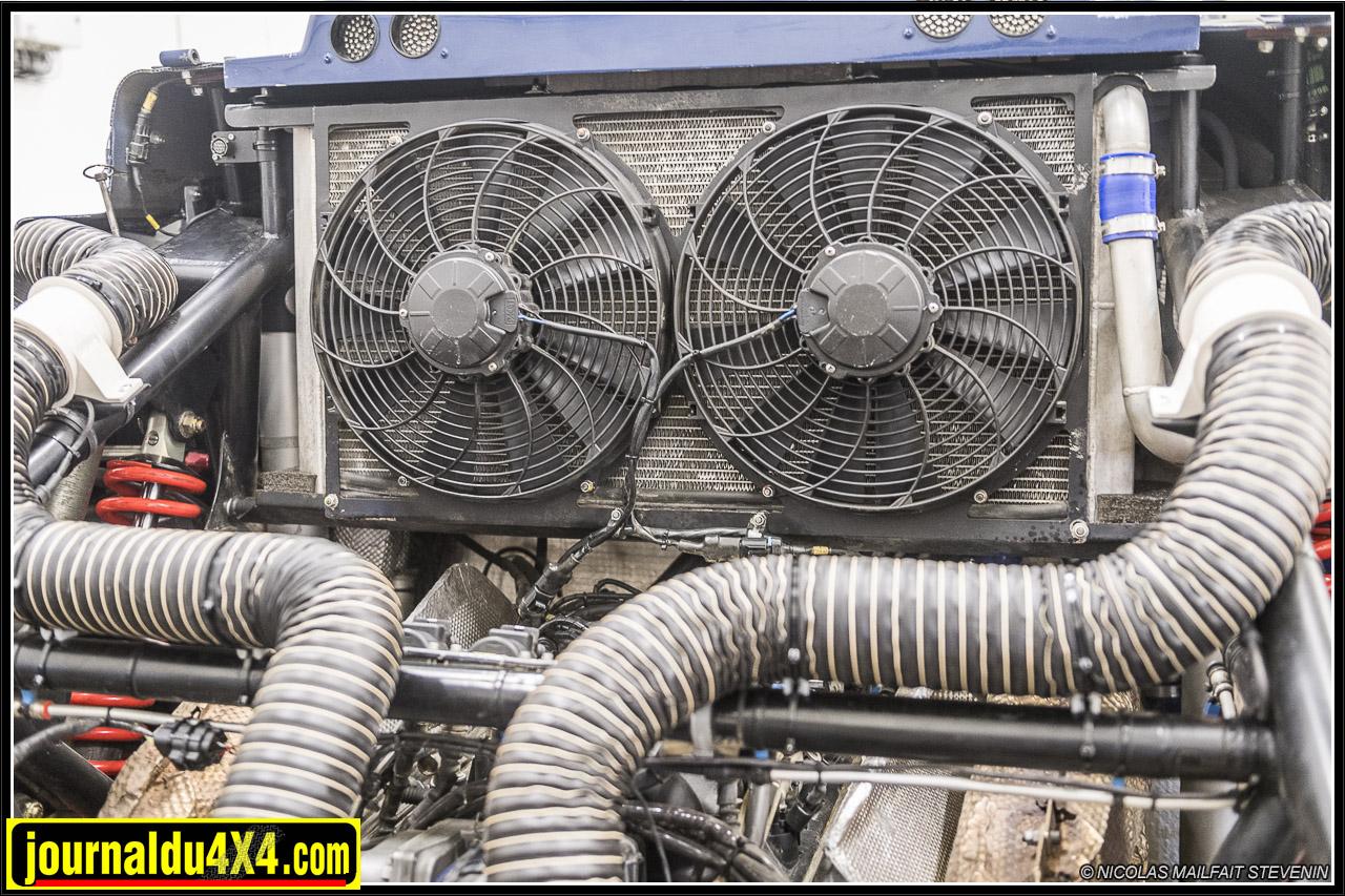 un gros radiateur pour le liquide de refroidissement, de part et d'autre de flexibles servent à apporter de l'air frais sur la boîte de vitesse