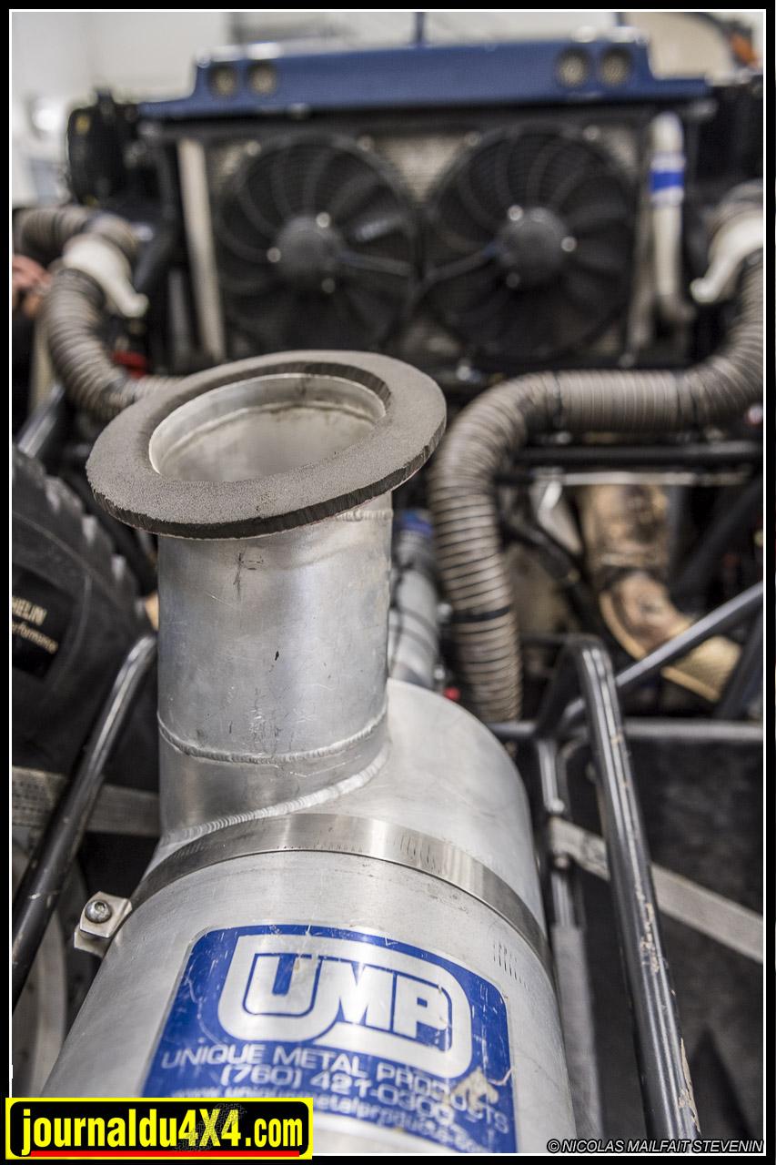 Un V8 6.2l ça a besoin de beaucoup d'air, ce qui explique les dimensions hors norme de cette boîte à air