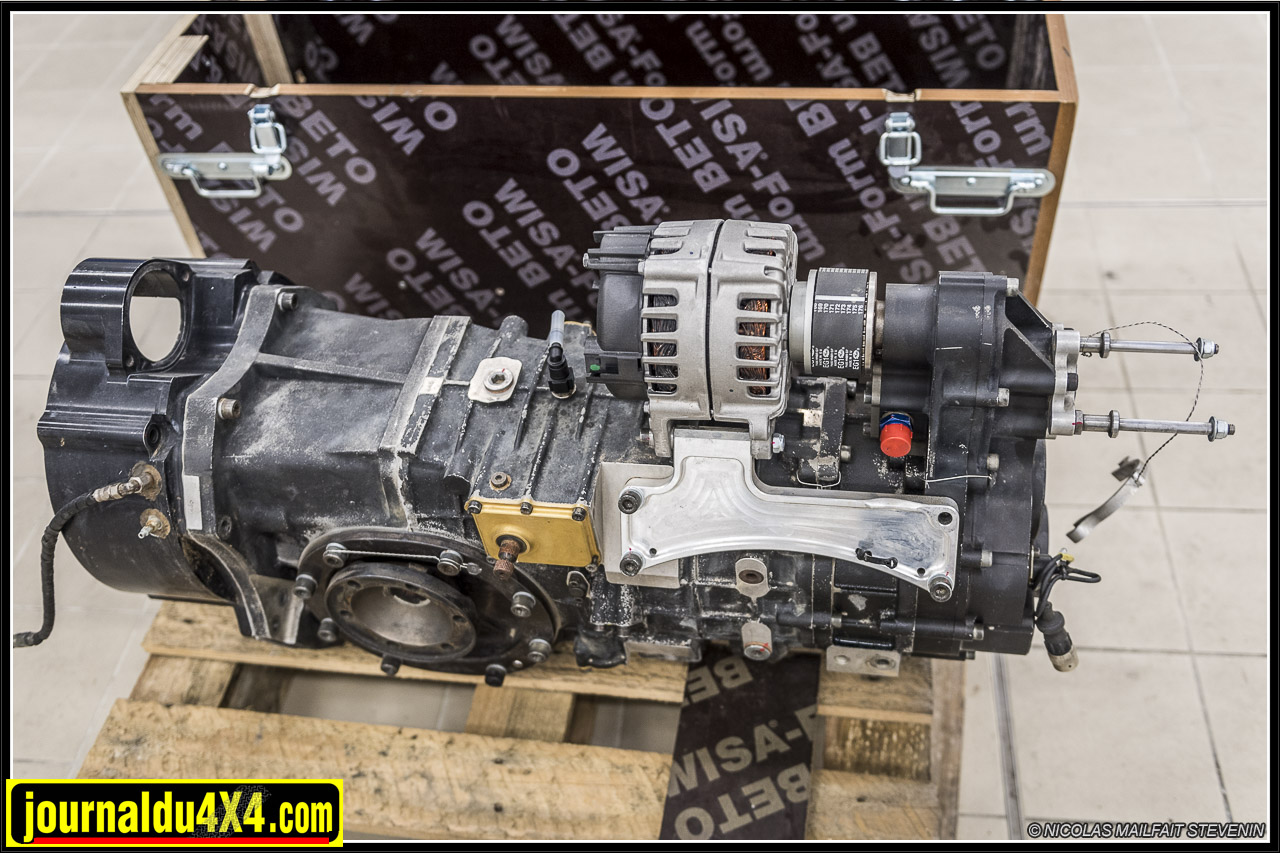 une boîte SADEC sera emportée dans el camion d'assistance. Notez ici à l'extrémité à droite le système de cascade de pignons qui permet de faire tourner l'alternateur sur le dessus. Le couplage se fait via un flector (cette sorte de courroie circulaire)