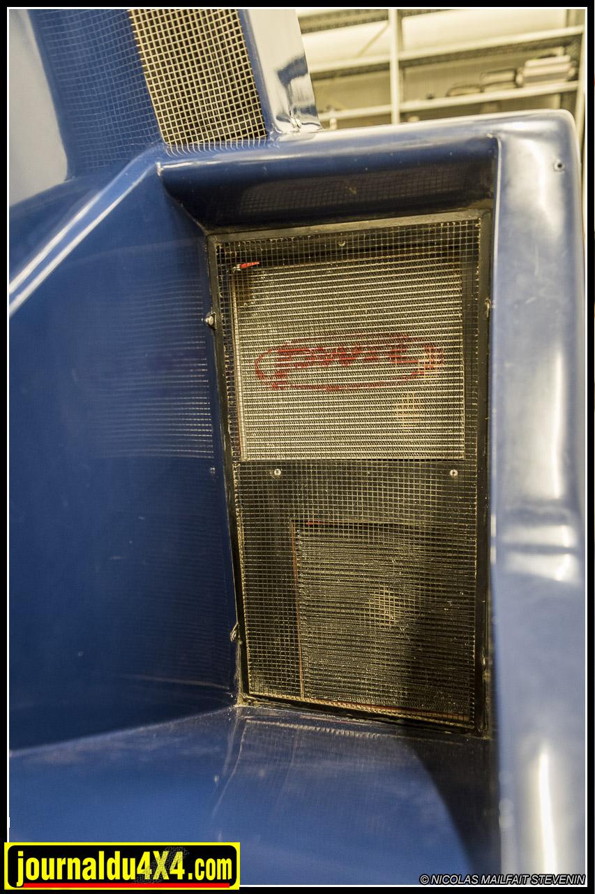 de chaque côté du buggy, on trouve des écopes qui permettent d'apporter de l'air sur la boîte de vitesse, mais qui dissimulent aussi les radiateurs pour la boîte de vitesse, pour la direction assistée et un second petit radiateur d'eau