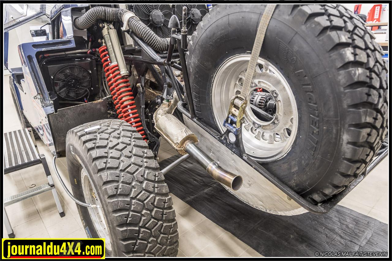 De part et d'autre de la boîte à air, à l'arrière, se trouvent les roues de secours