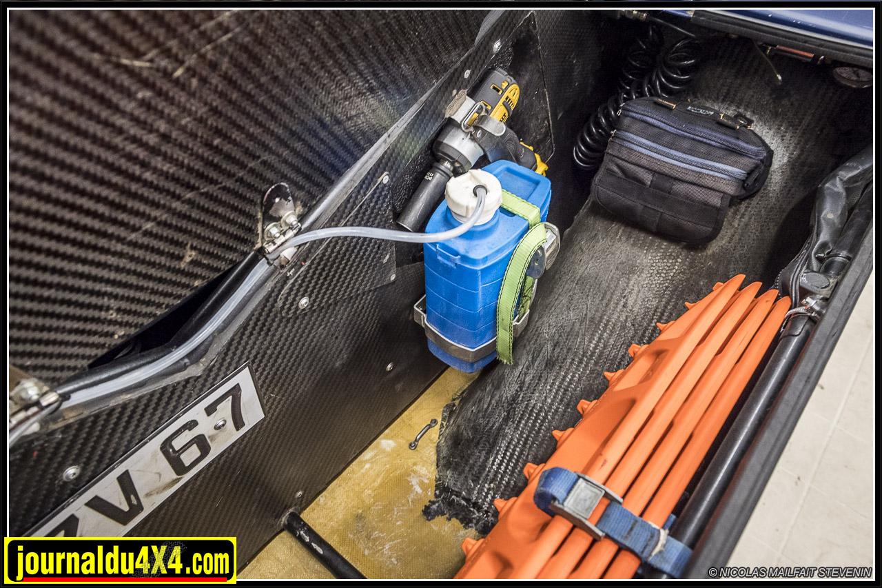 des coffres sont situés de part et d'autre de la carrosserie, on y trouve l'eau, la caisse à outils ainsi que le matériel de déplantage et de survie, au cas où