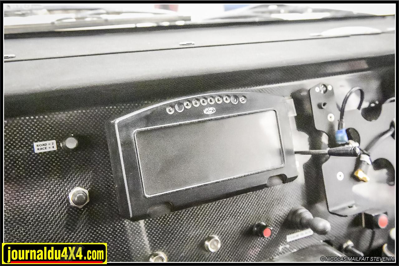 un dsahboard multifonctions permet de surveiller els différents paramètres du buggy