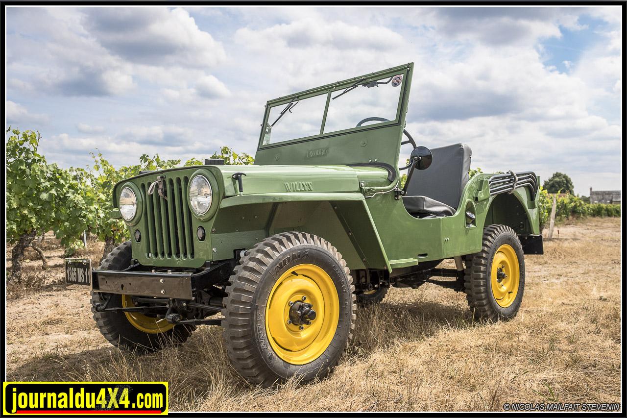 Jeep CJ2A de 1946 - série EC (Early Civilian). Les couleurs utilisées sont proche de celles de John Deer. Elles se nomment ici  Pasture Green et Automn Yellow