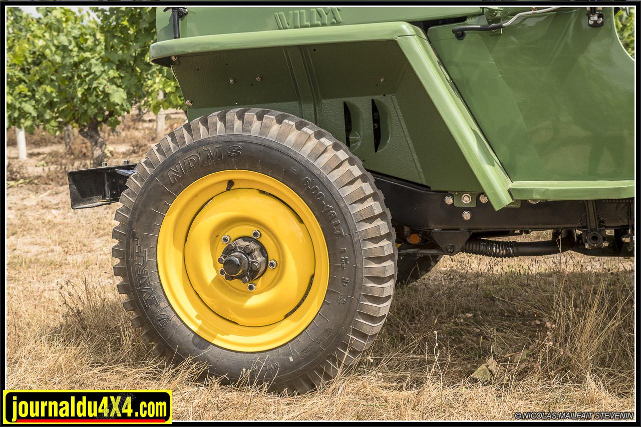 Les jantes sont différentes de celles de la Willys mais les pneus sont de même taille 600 x 16