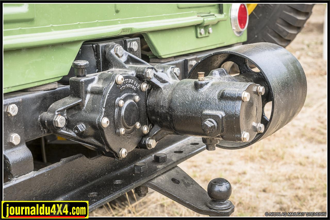 la prise de force et sa poulie pour entraîner des machines agricole, ou un banc de scie par exemple