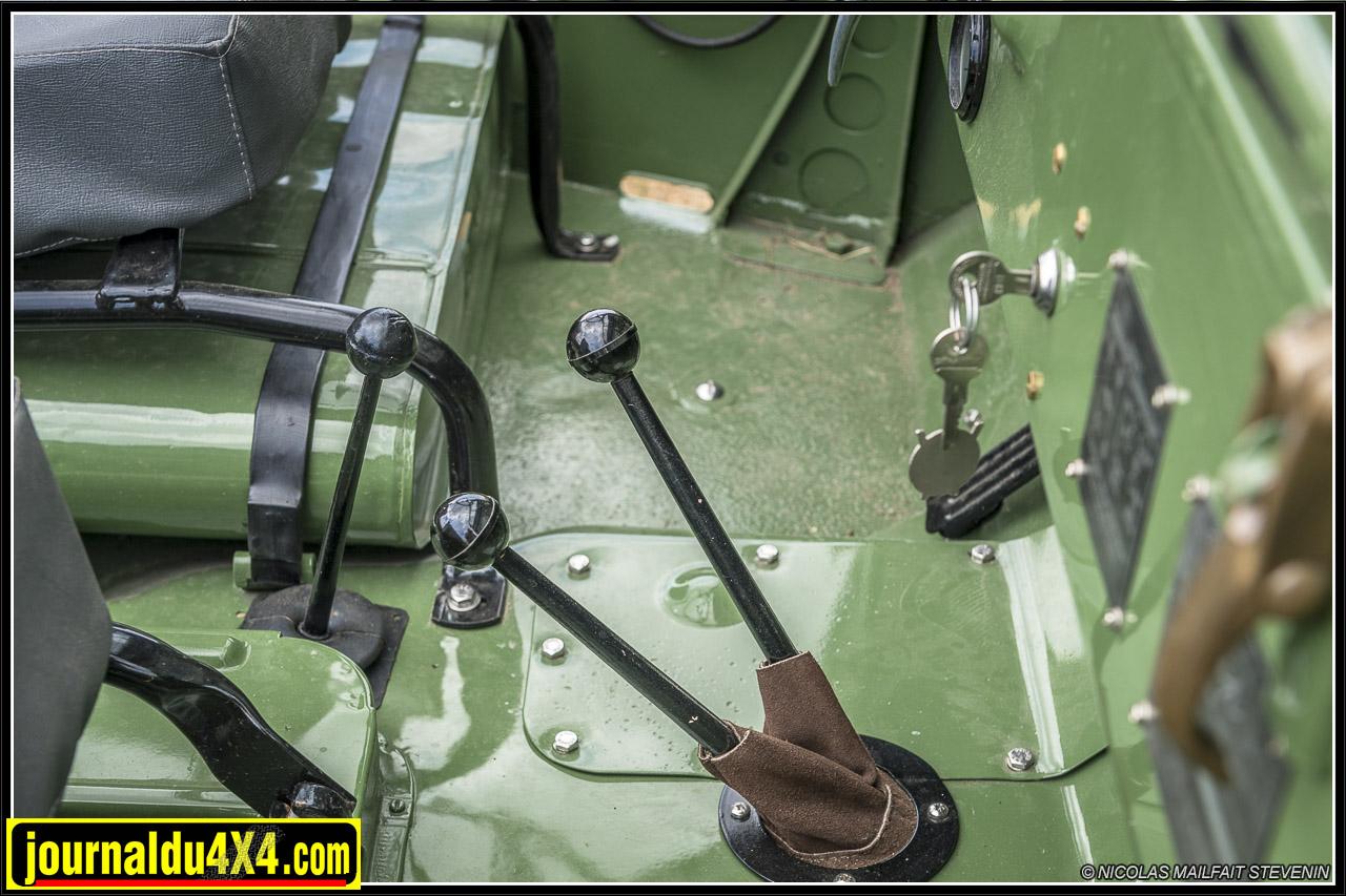 les deux leviers du milieu commande le transfert : courte / longue et deux roues motrices / quatre roues motrices. Le levier entre les sièges entraine le PTO (power take off) prise de force