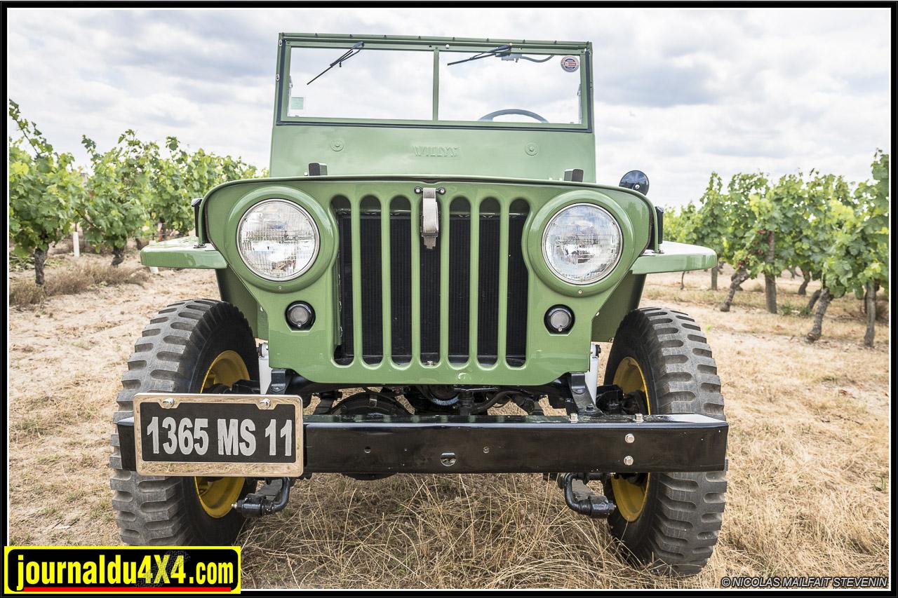 La CJ2A inaugure la mythique calandre à 7 fentes. Les Jeep Willys en avaient 9. Notez aussi les phares plus gros et affleurants, ainsi que les petits feux qui remplacent ceux de black out.