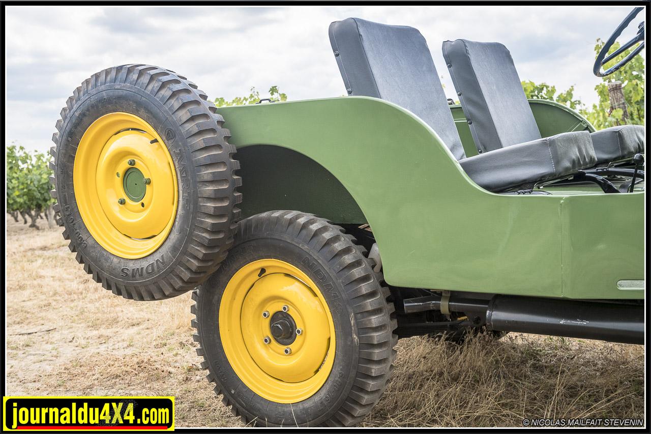 la roue de secours est désormais placée à droite de la CJ2A, notez aussi des coussins de siège plus épais, enfin du confort ...