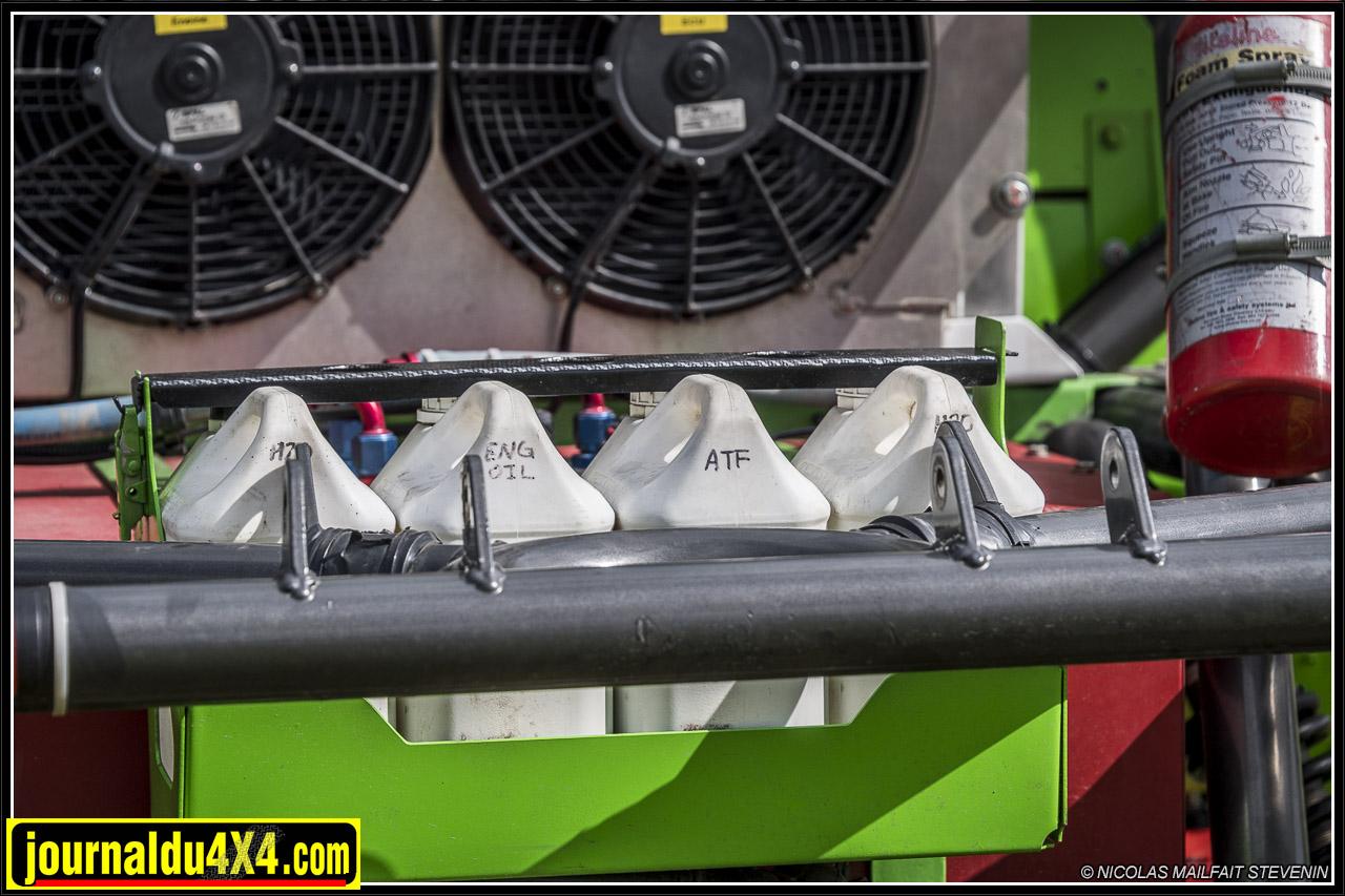 deux bidons de liquide de refroidisssement, un pour l'ATF et un pour l'huile moteur