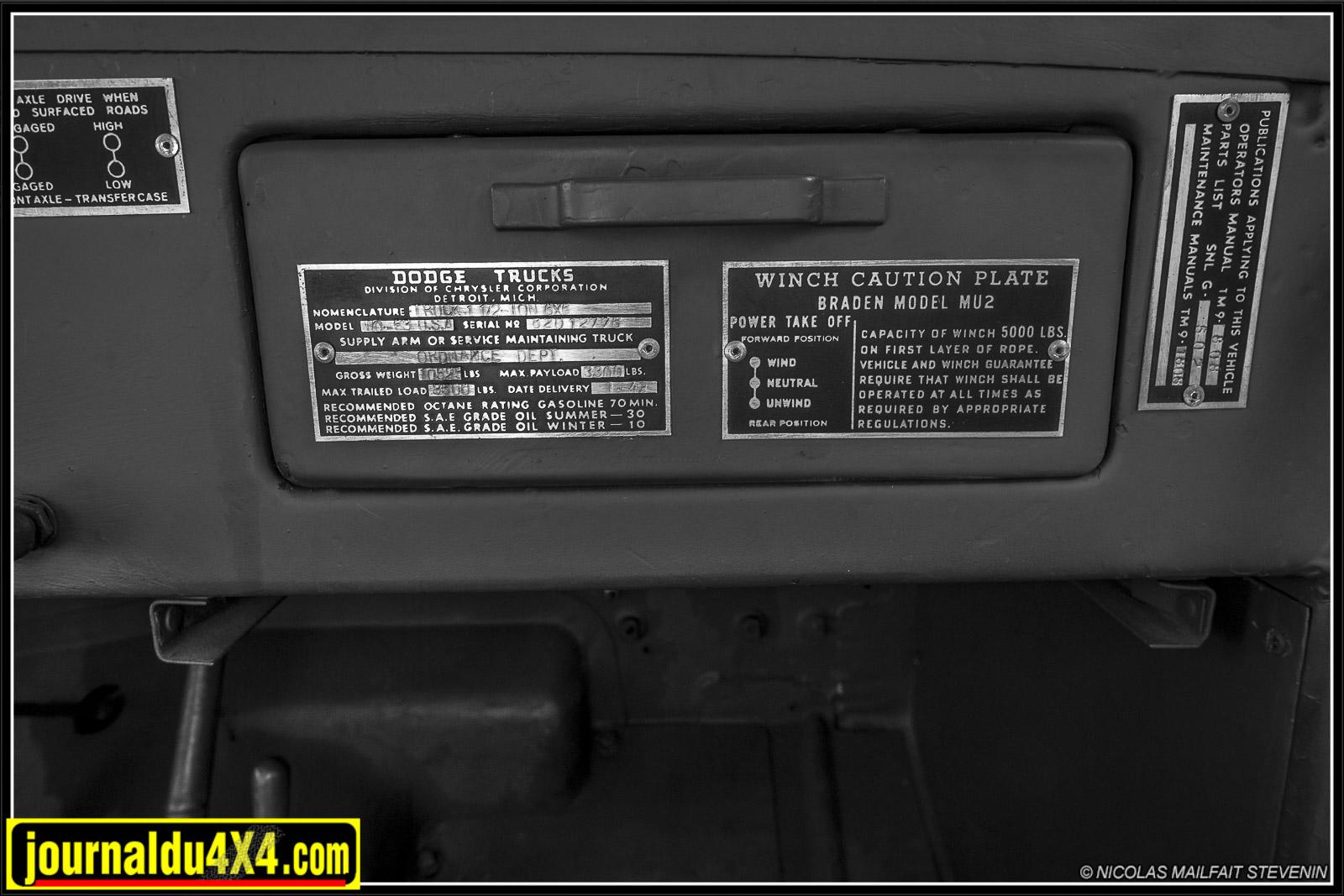 La plaque d'identité du Dodge WC63, puis celle de l'utilisation du treuil et enfin celle concernant les manuels de références pour l'entretien