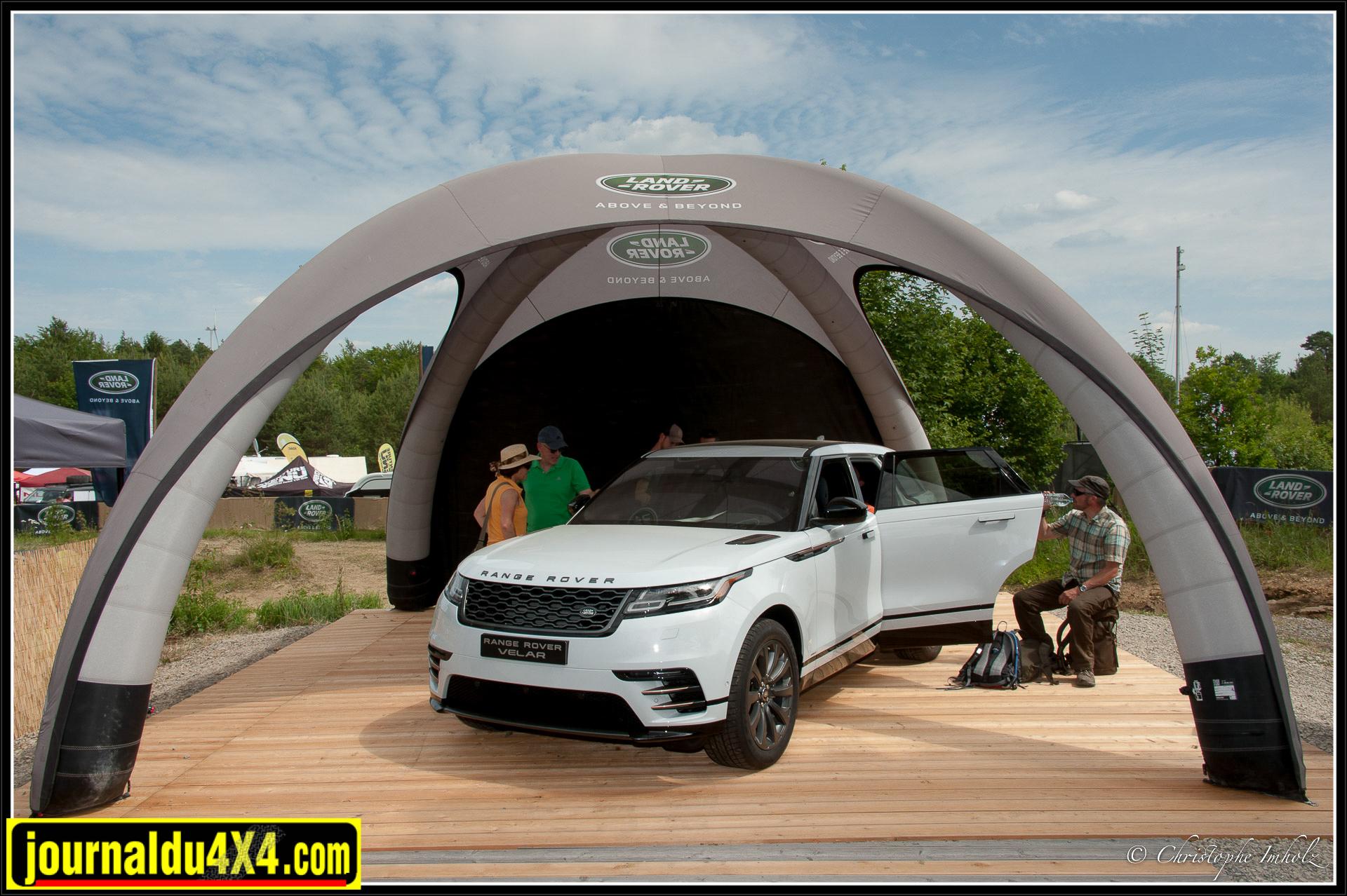 Un Ranger Rover Velar trône en plein milieu du stand Land Rover