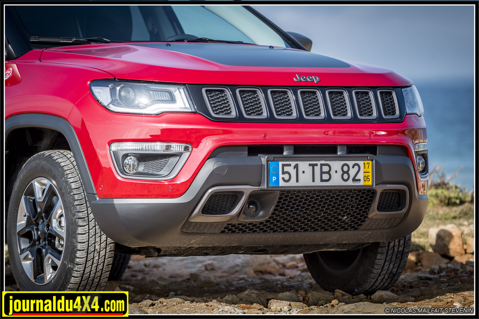 La calandre à 7 fentes, c'est bien une Jeep. Les optiques allongées, lle capot plat et plongeant, le bouclier apportent une touche dynamique à la face avant.