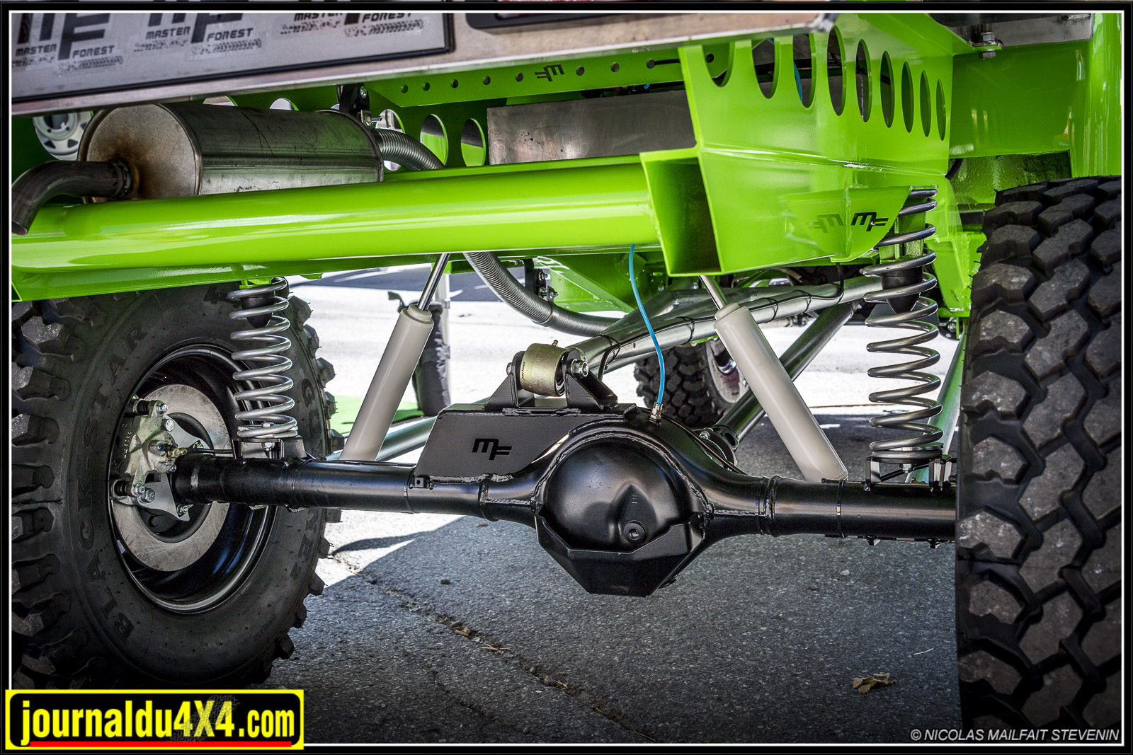 Le pont arrière de Jimny avec le kit de transformation pour ressorts hélicoïdaux et amortisseurs +150 mm, de nouveaux tirants (silent bloc / rotule), un triangle central sur rotule avec ses points d'ancrage (pont et châssis)