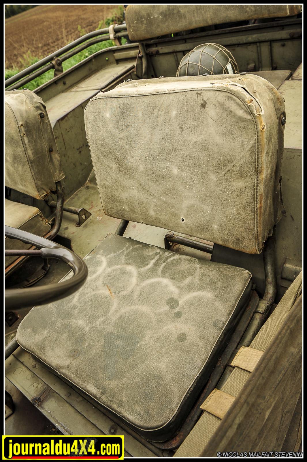 Les assises avant ont aussi traversées les décennies et c'est tout le charmes de cette Ford. La patine du temps et quelques accrocs dévoilent les secrets (crins de cheval et ressorts), du confort selon Jeep. Le goulot du réservoir et le châssis du siège ont changé à partir de 1942.