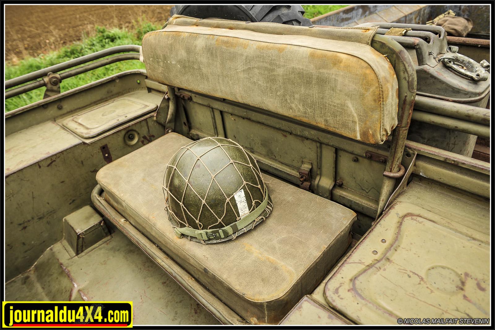 La banquette arrière abrite la pompe à air et le dossier est siglé Ford.