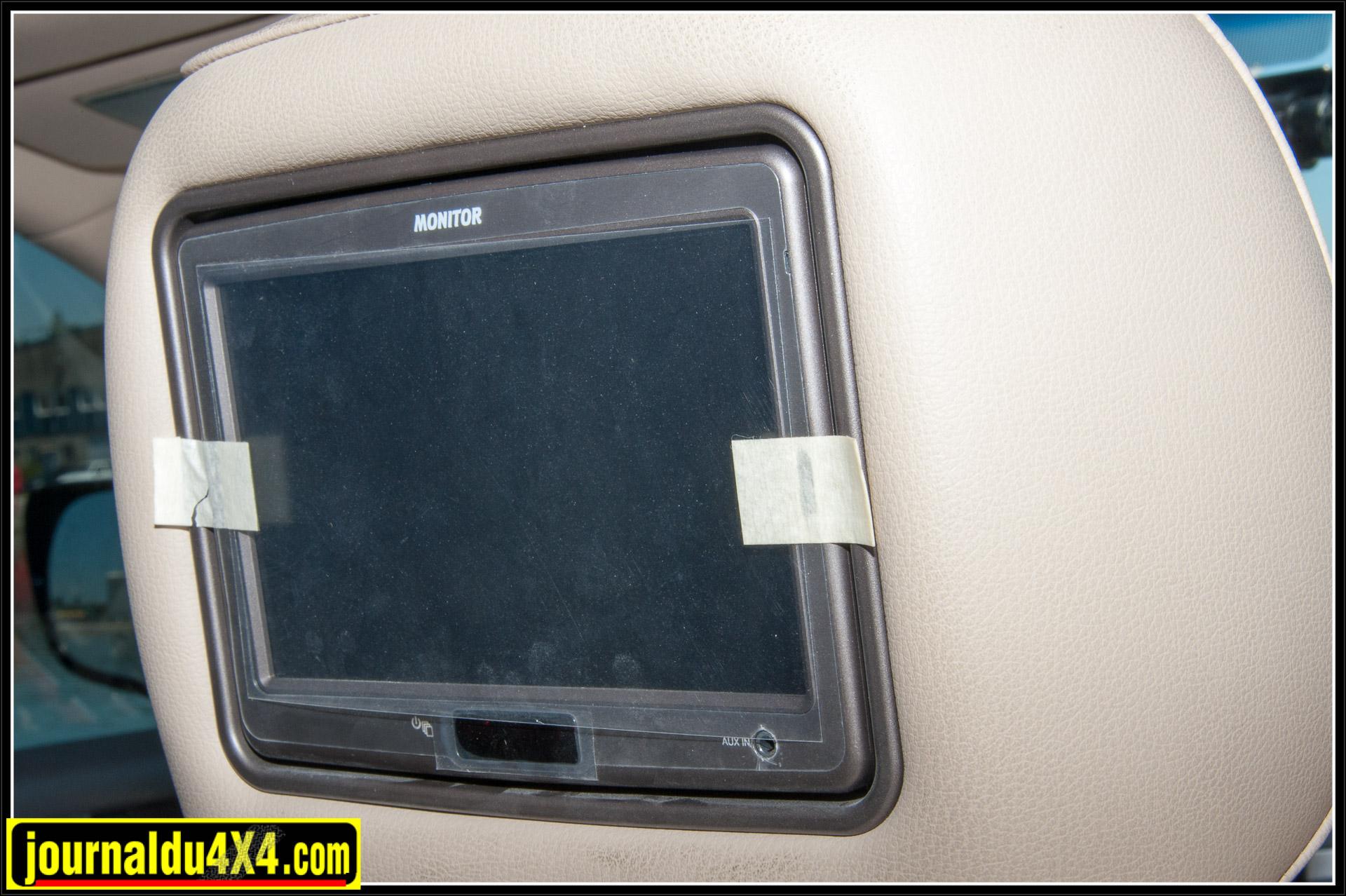 Les écrans intégrés dans les appuis-tête ont encore leurs protections d'origine!